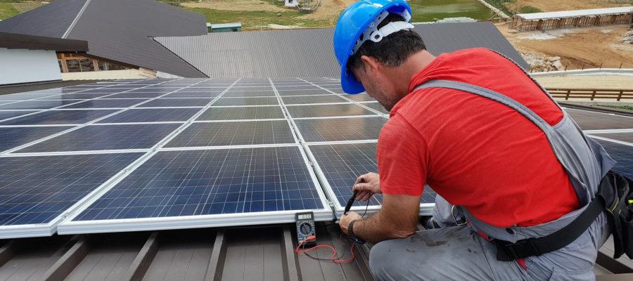 Tecnico-tejado-fotovoltaico